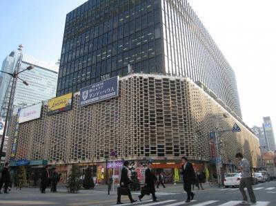 JR新橋駅前に立つ「ニュー新橋ビル」