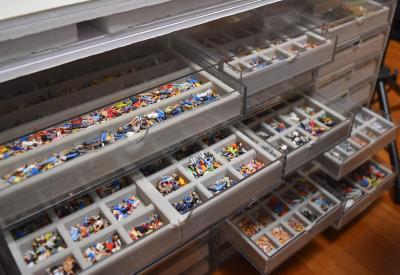 引き出し収納された約3千体のジオラマ人形=鹿児島市