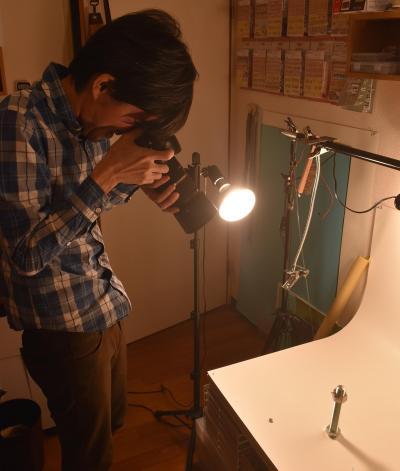 色々な角度から撮影する田中さん=鹿児島市