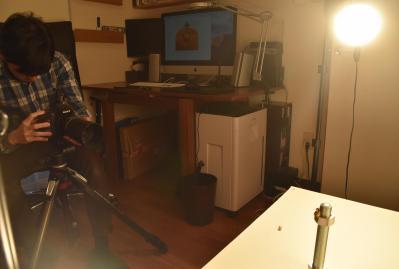 一眼レフカメラで撮影する田中さん=鹿児島市