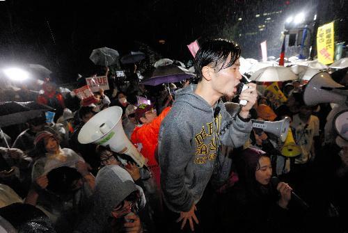 【SEALDs】深夜まで続いた安保関連法案の抗議集会で、「強行やめろ」などと声を上げる学生団体「SEALDs」の奥田愛基さんら=2015年9月16日