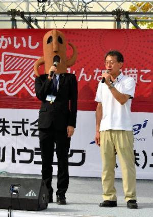 青年会議所主催のイベントでトークを披露するハニワ課長