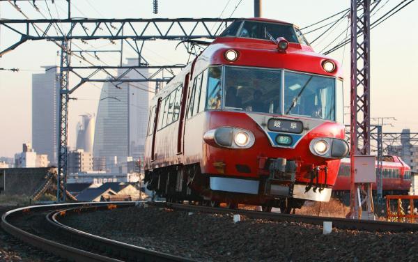 夕日に照らされ名古屋市内を走る「パノラマカー」。四つ目ライトの真っ赤な車体がやってくると心が躍る=2007年12月26日