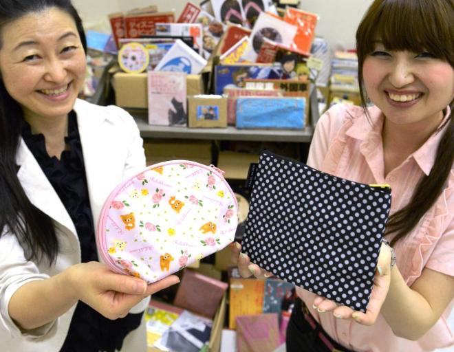 女性誌の付録のポーチ=小野市立図書館(2013年)
