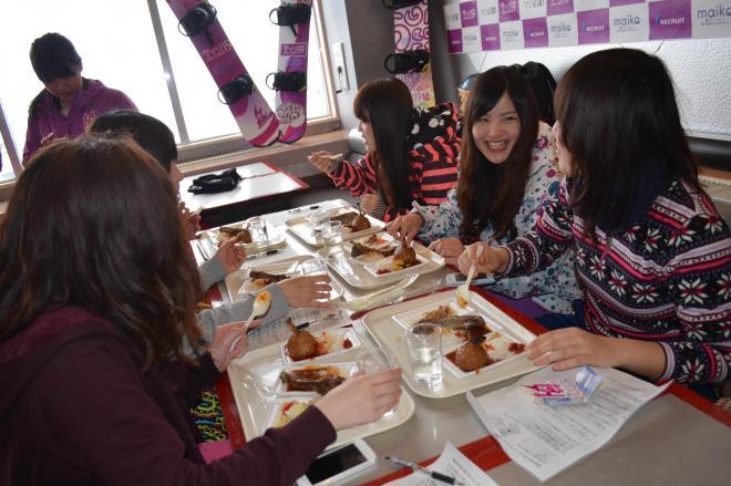 新潟県のスキー場が企画したゲレ食の試食会に参加するスノーボーダーたち=2014年