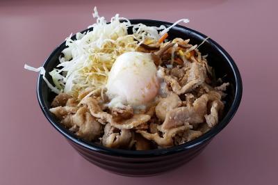 「竜王スキーパーク」で売られている「爆竜丼」。大盛りのご飯の上に豚のショウガ焼き、温泉卵などが乗っている=長野県山ノ内町