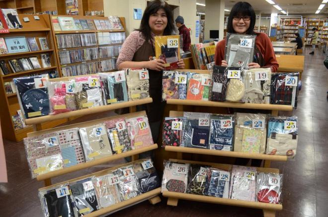 図書館内に展示された雑誌の付録プレゼントコーナー=筑後市立図書館(2015年)