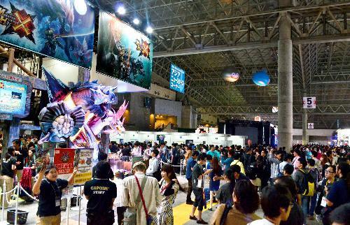 幕張メッセであった東京ゲームショウでは、「モンスターハンター」のコーナーに人だかりができた=2015年9月17日、千葉市
