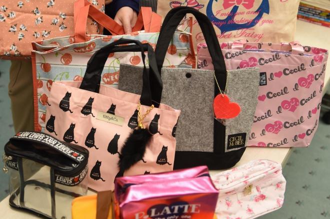 福袋にしてプレゼントされる手提げバッグやポーチ=小野市立図書館(2014年)