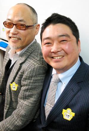 「ゆずるくん」を作った鹿股幸男さん(右)と、小林基道さん。いい笑顔です