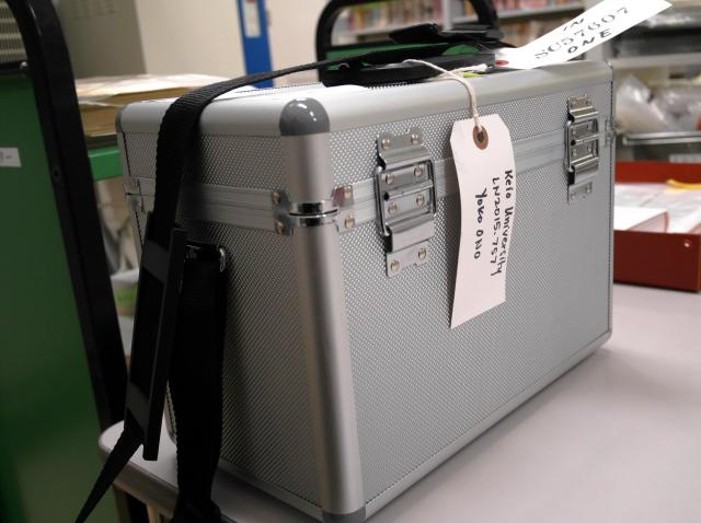 モヤシはジュラルミンのケースに収められ、ニューヨークへ運ばれた=東京・三田の慶応大アート・センター