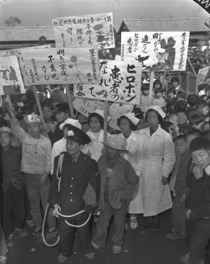 ヒロポン(覚せい剤)追放運動に立ち上がった東京都の子供会の子どもたち=1954年11月