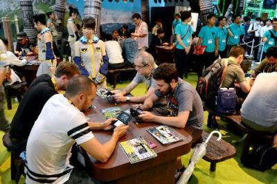 カプコンの人気ゲーム「モンスターハンター」を楽しむファン=2015年9月17日