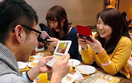 「狩りコン」でモンスターハンター4を楽しむ参加者たち=2014年1月11日、東京都新宿区