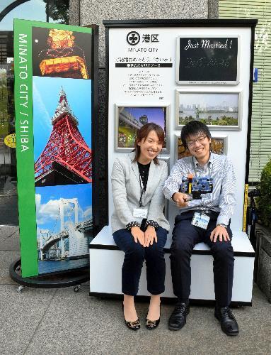 東京都港区役所に新しくできた婚姻届提出記念の撮影場所。スマホの自撮り棒も置いている