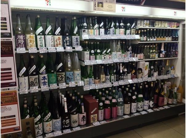 陳列棚にずらりと並んだ日本酒