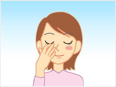目薬が流れ出ないよう、目頭を軽く押さえる=参天製薬提供