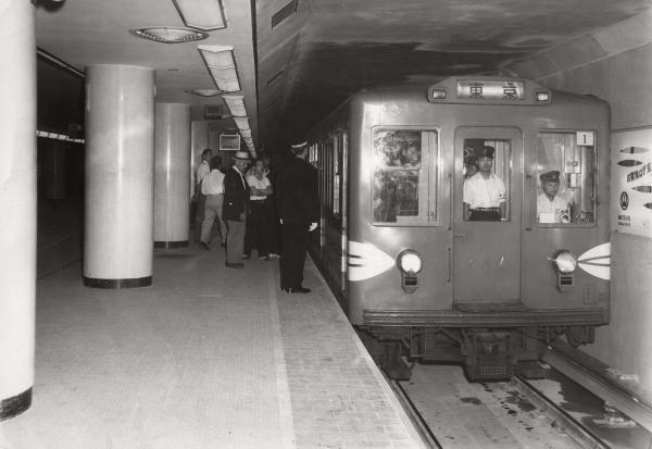 1956年、地下鉄丸ノ内線(東京駅―池袋駅間)が開通。午前5時15分、1番電車が発車した