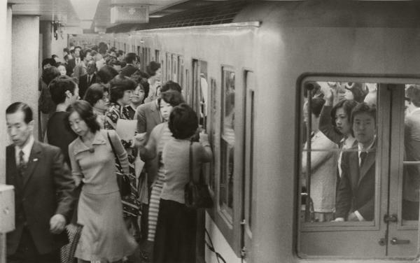 通勤時の営団地下鉄丸ノ内線銀座駅の乗降客=1976年10月8日