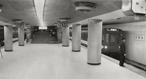 開業間近い営団地下鉄丸ノ内線の西銀座駅に400形の試運転電車が入る。駅構内はまだ工事中。東京駅―西銀座駅間1・2キロは1957年12月15日開業、地下鉄で池袋から銀座へ直行できるようになった