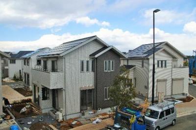 太陽光パネルを載せた住宅が立ち並ぶ「スマートタウン」。パナソニックの住宅設備「見本市」のような街になっている=2014年3月21日、神奈川県藤沢市