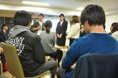 熱心に参加者の話を聞く学生たち