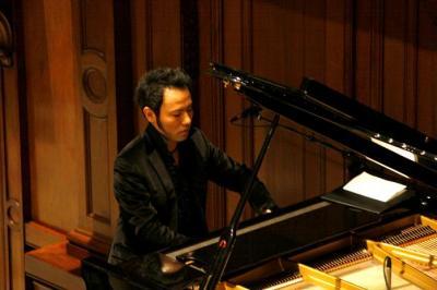 難病を乗り越え、「7本指」での演奏法を身につけた西川悟平さん=西川さん提供