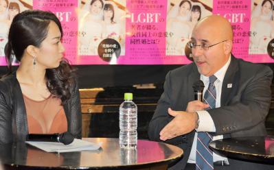 対談する一ノ瀬文香さんとエバン・ウォルフソン弁護士=2016年2月、新宿区新宿2丁目