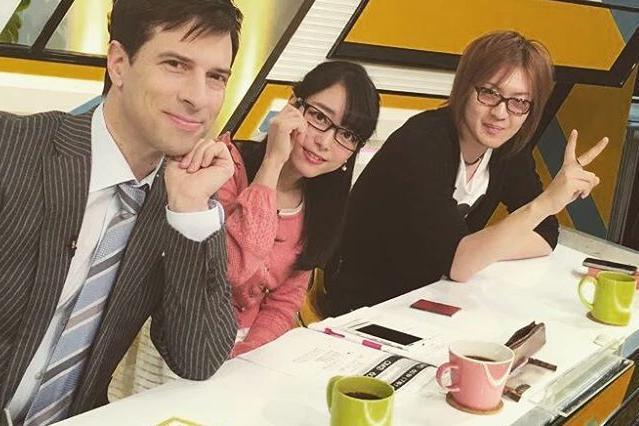 テレビ番組で共演したパトリック・ハーランさん(左)と若新雄純さん(右)と記念撮影