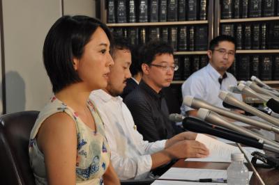 同性婚の法制化を求めて日弁連に人権救済を申し立てた性的マイノリティーの人ら=2015年7月、東京都千代田区