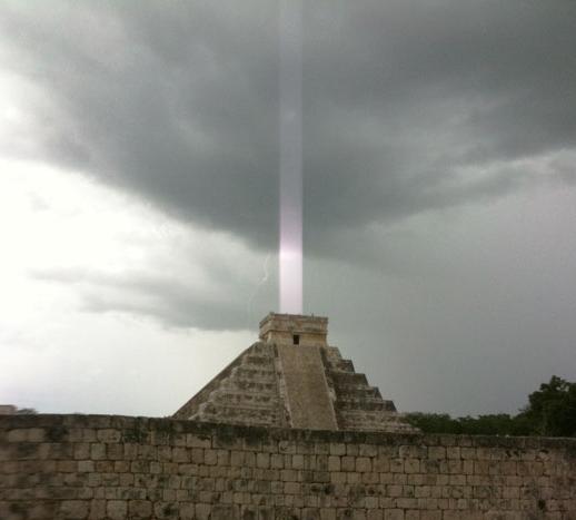 マヤのピラミッドに「光の柱」が立っているように見える写真