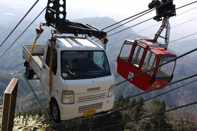 ふもとから山頂に向けて運ばれる軽トラック=2014年
