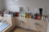 多種多様なシャンプーやボディソープが、風呂場にずらりと並ぶ=高木旅館提供