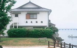 ゆったりと流れる松浦川のほとりにある=高木旅館提供