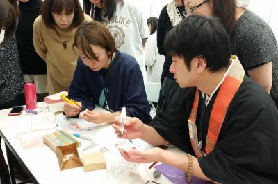ものひとこと市でのワークショップ。津久井さんが彫り方を丁寧に教えます