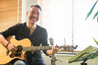 「まず2013年7月の2000人を集めた日比谷公会堂の自分の講演会で3曲歌ってみたんです」。そこから歌手人生が始まった