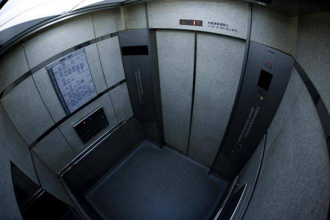 大阪府警は「エレベーターでは男性と二人にならないように乗り過ごすように」と呼びかけた