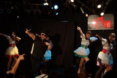 自らがプロデュースするアイドル「まどもあ54世」と踊る髭男爵の山田ルイ53世さん