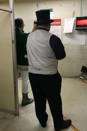 出番を待つ髭男爵の山田ルイ53世さん