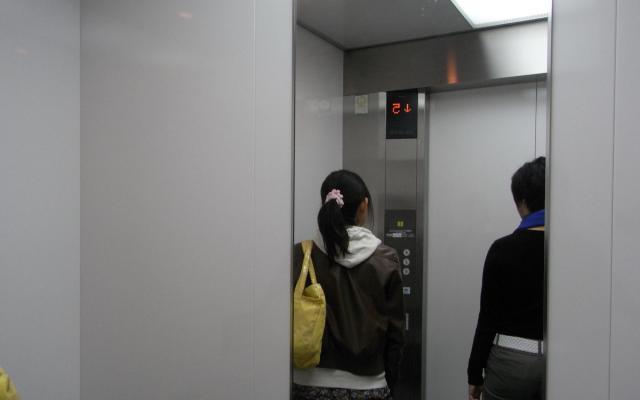 広島県警は公式サイトで「男性と二人になったら、先に乗ってもらい、次のエレベーターを待ちましょう」と呼びかけている