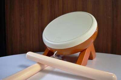 「太鼓の達人」の太鼓とバチ型コントローラー