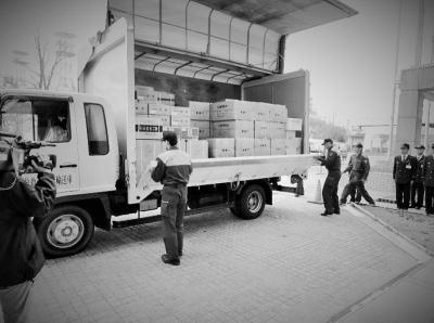 豊橋市から福島県いわき市に運ばれる支援物資=2011年3月14日