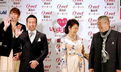 「いい夫婦」に選ばれた(右から)中尾彬、池波志乃夫妻と秋本啓之、愛夫妻=2014年11月12日