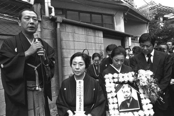 落語家の金原亭馬生さんの葬儀。馬生さんの娘で女優の池波志乃さんと俳優の中尾彬さん夫妻(左から)=1982年9月16日