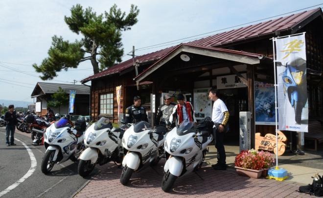 「ライダーの聖地」として知られる隼駅前ではバイクを並べ、ライダーたちが記念撮影をしていた(2014年)