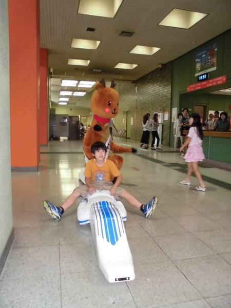 奈良市庁舎内を疾走する「リニー君」