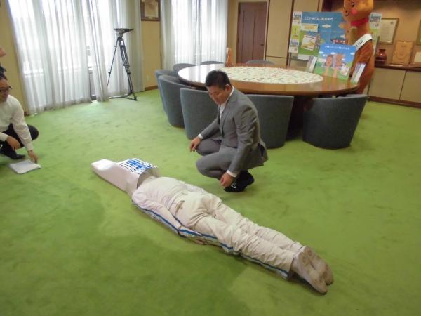 奈良市長の前で這いつくばる「リニー君」