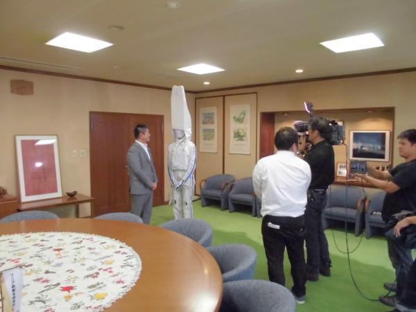 奈良市長と歓談する「リニー君」