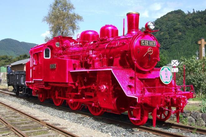 ピンク色に塗り替えたSLのイメージ画像