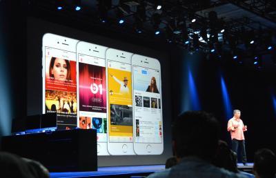 定額の音楽配信サービス「アップルミュージック」を発表するアップル幹部=2015年6月9日、サンフランシスコ、宮地ゆう撮影